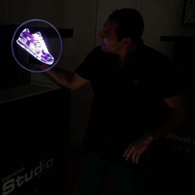 Découvrez l'Holorotor Mini : une hélice holographique mobile de 30 cm avec 5h d'autonomie. Idéal pour des démonstrations, comptoirs avec petits espaces, en caisse…Bien évidemment le contenu 3D fera toujours la différence sur ce type de support :) #hologramme #minihologramme #holo #3d #display #retail #led #holorotor #heliceholographique